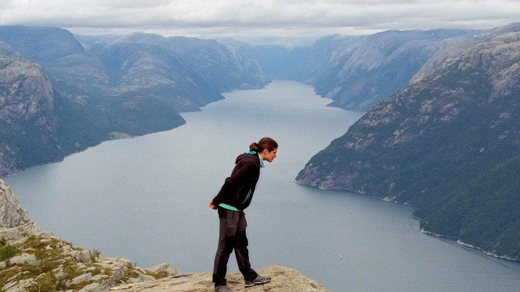 Pour vous donner une échelle de la grandeur de ce fjord : le petit point blanc en bas à droite est un gros voilier!
