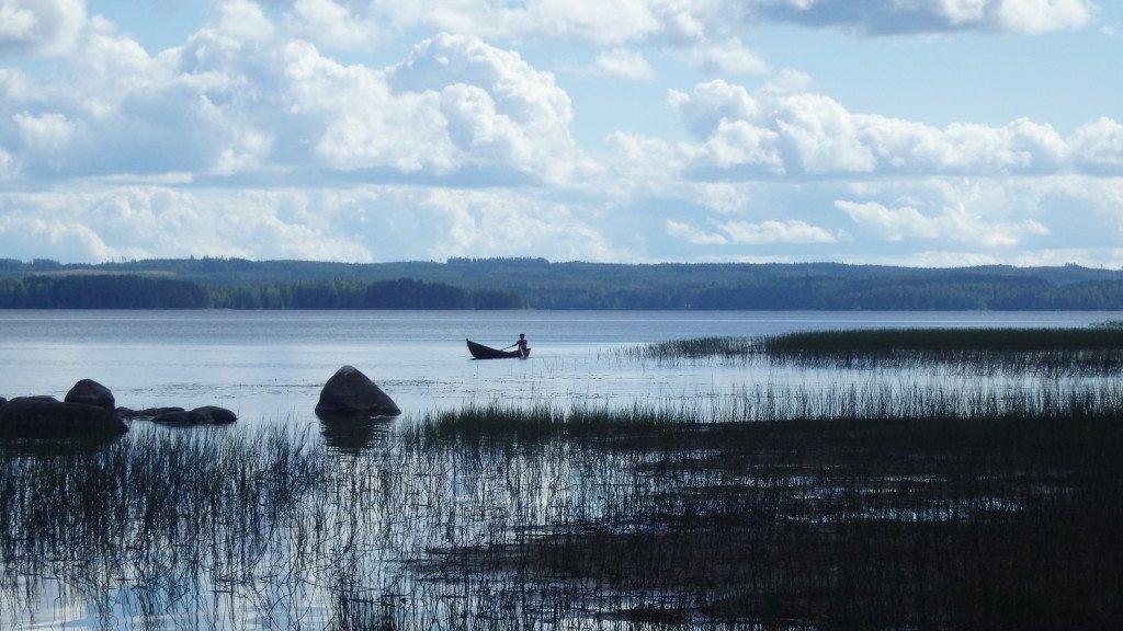 Pause au bord d'un des milliers de lacs