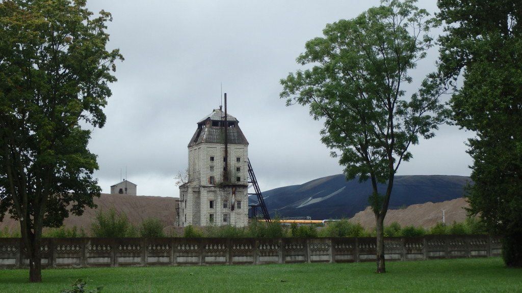 Production d'énergie à partir de schiste bitumeux (et les colline de résidus de combustion en arrière plan) à Kohtla-Järve