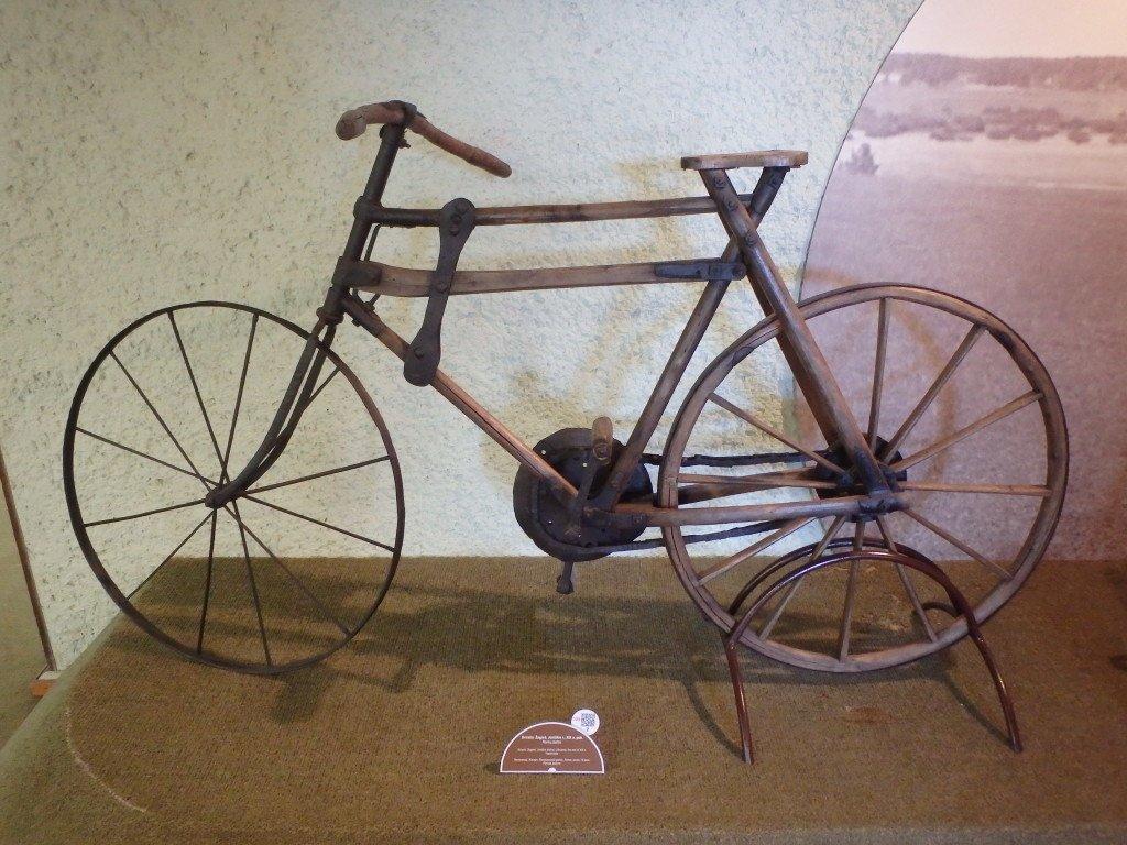 Musée de la bicyclette : une des 1ère datant de la fin du XIXème